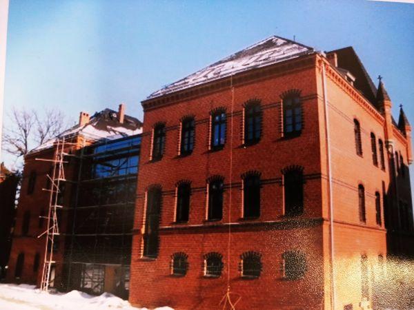 """Budynek w czasie remontu. Obecnie w budynku mieści Szkolne Schronisko Młodzieżowe"""" Dąbrówka"""" w Prudniku"""