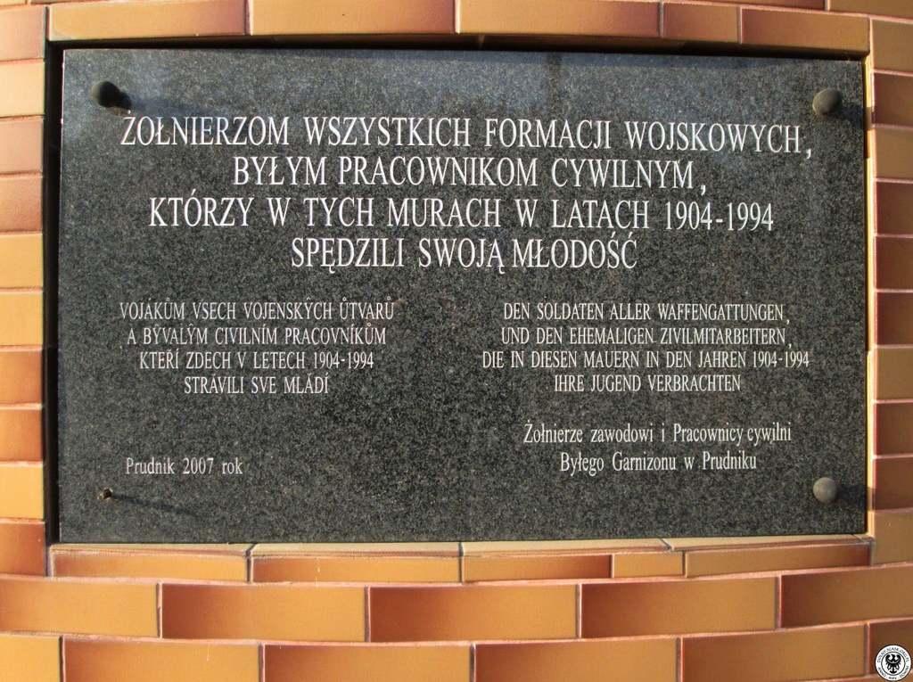 Tablica pamiątkowa przy bramie wjazdowej do byłych koszar w Prudniku przy ul. Dąbrowskiego