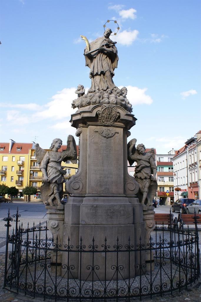 Rzeźba świętego Jana Nepomucena na rynku w Prudniku
