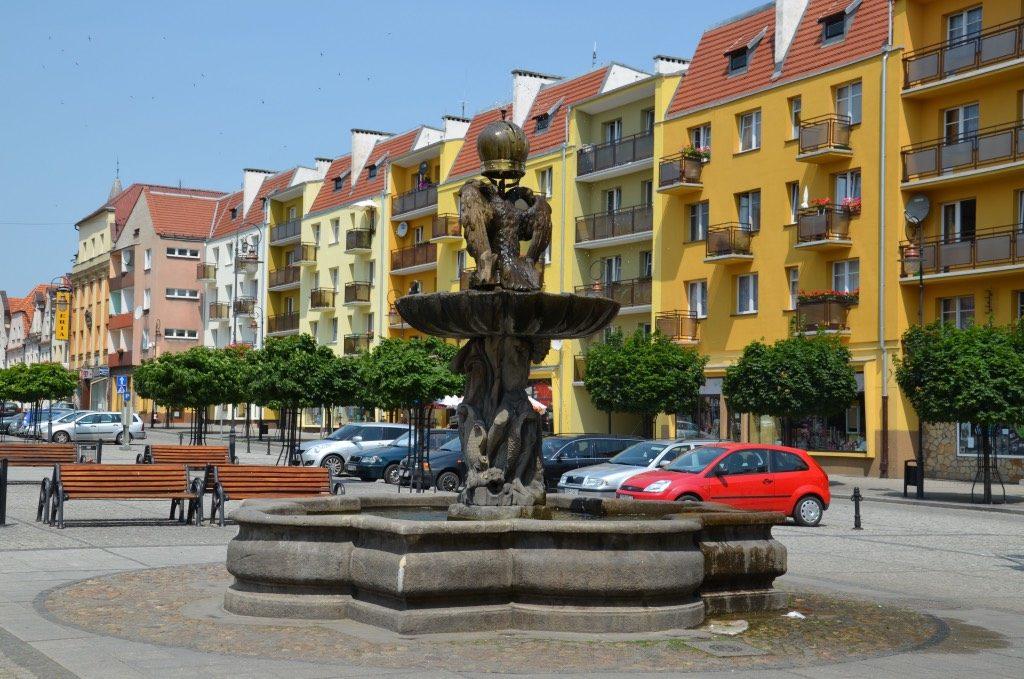 Zdjęcie przedstawia barokową fontannę z 1695 roku.Podstawę monumentu stanowi wieloboczny basen z piaskowca, w którego środku ustawiona została rzeźba atlantów dźwigających muszle. Fontanna zwieńczona jest dwugłowym orłem z koroną