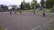 Grupa dzieci na boisku grająca w piłkę