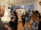 Grupa dzieci w sali muzealnej przedstawiającej ekspozycję dawnego gospodarstwa domowego
